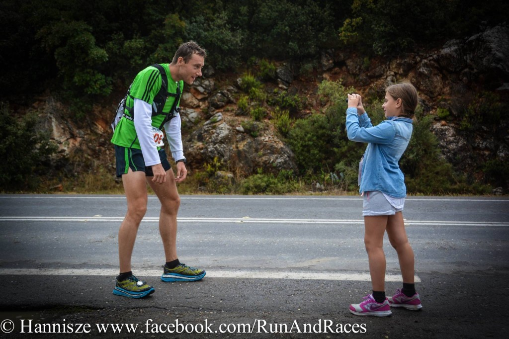 Krásná momentka, která se objevila na Facebooku s následujícím komentářem: After having run continuosly for 222.3km without any sleep or rest, this very exhausted runner not only paused to pose for his young fan; he went a step further to bend his knees to stoop down to her eye-level and gave her a weak smile (which must have taken a great effort on his part after that distance). I salute him for his generous attitude in not disappointing this little girl, despite his own exhaustion. More photos of Spartathlon 2015 coming up on my Page!!! Can someone please tag this guy if they know him?