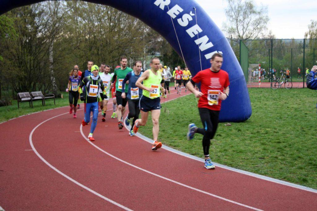 První závodník těsně po startu běžel jako utržený ze řetězu a já jako druhý vedu zbytek startovního pole.
