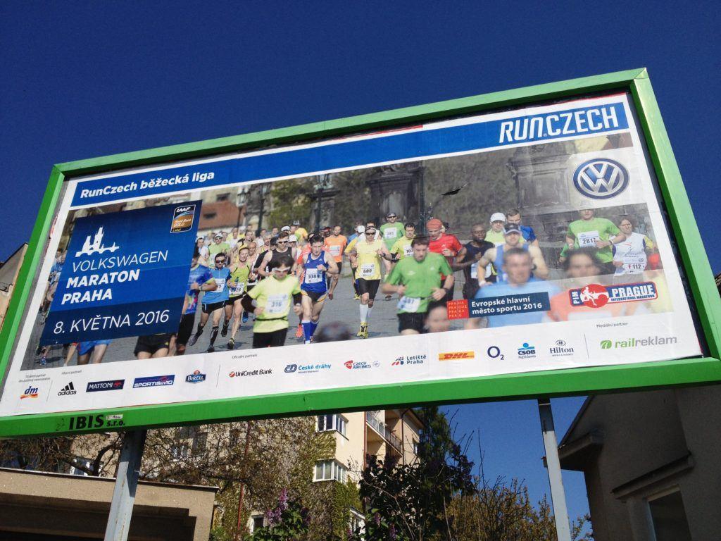 Billboard s reklamou na pražský maraton, já jsem ten vpředu v zeleném tričku.
