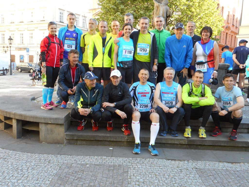 Část tréninkové skupiny trenéra Pavla Nováka, kteří běželi maraton.