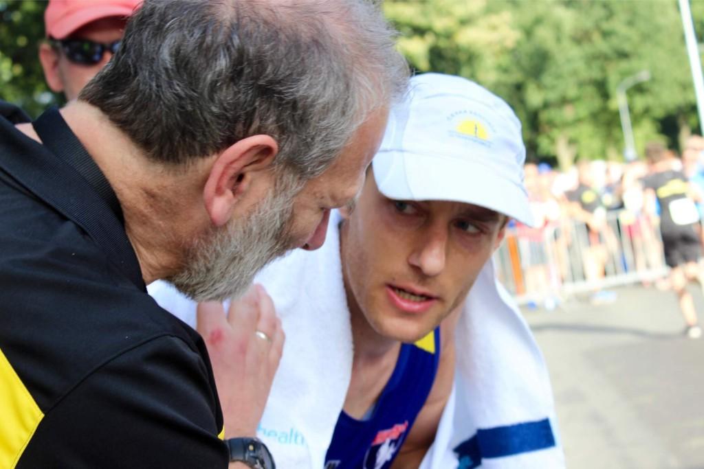 Organizátoři mě vítají v cíli, oznamují, že jsem třetí a také se mě ptají, jestli jsem si zaběhl osobní rekord.