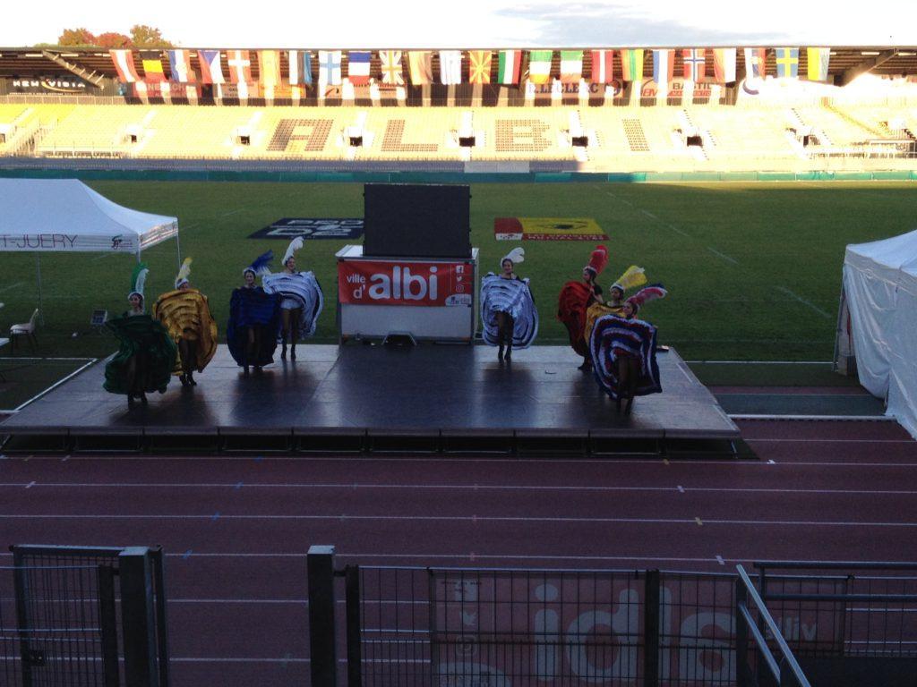 Kankánové tanečnice při zahajovacím ceremoniálu.