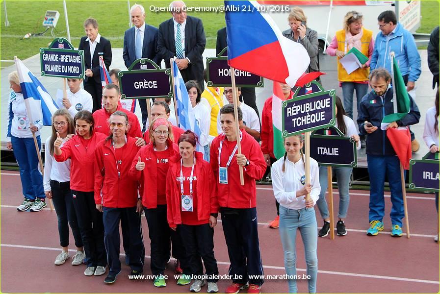 Český tým při vlajkovém ceremoniálu. (zdroj Facebook)