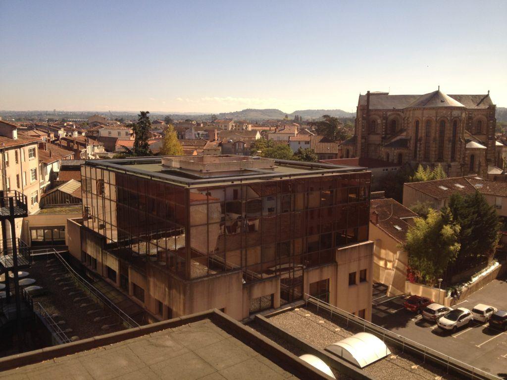 Výhled z našeho hotelového pokoje v pátém patře. V dáli jsou vidět světla stadionu, na kterém jsme běželi.