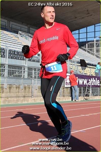 Začátek závodu běžím ještě v rukavicích. (zdroj Facebook)