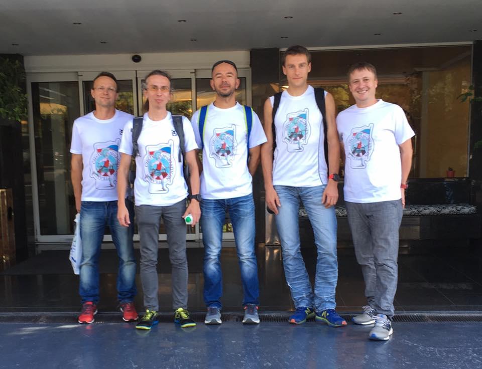 Část české výpravy před naším hotelem Oasis těsně po našem příjezdu.
