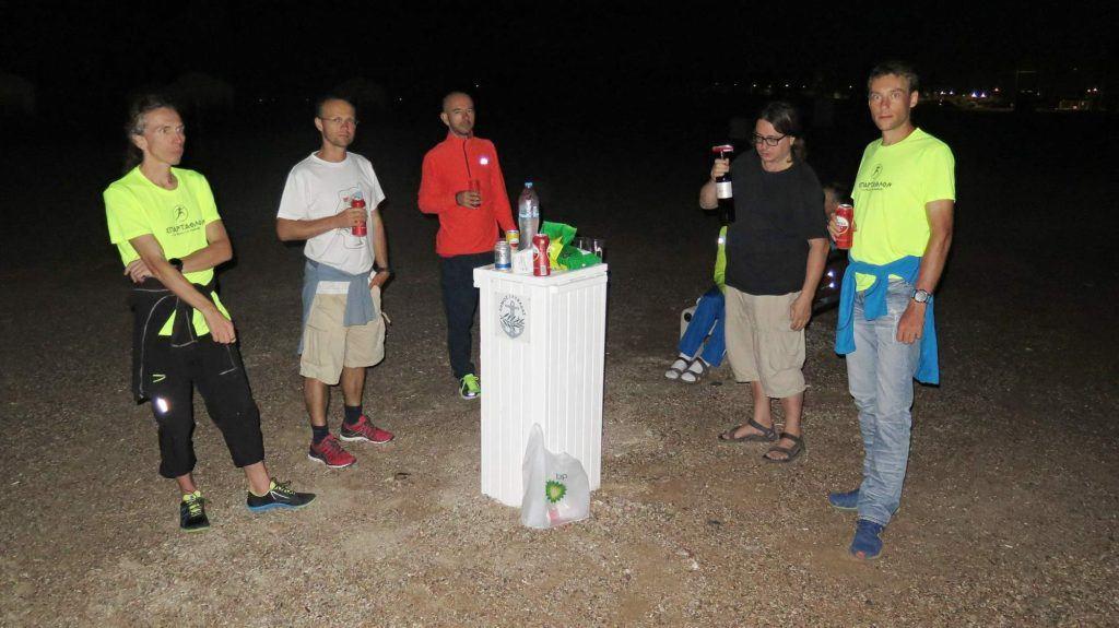 Pivo na pláži po Spartathlonu.