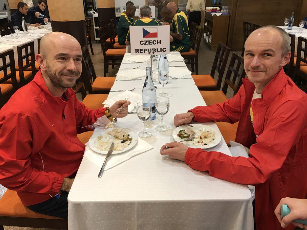 Náš stůl v hotelu, u kterého jsme seděli při každém jídle.