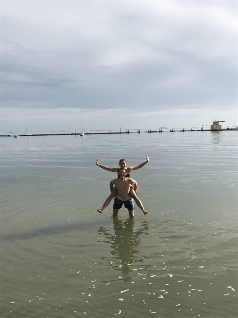 Den před závodem blbneme s Terezkou v moři.