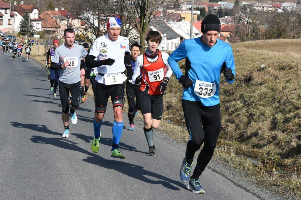 Třetí kilometr závodu, kdy mám Petra Vabrouška ještě za sebou.