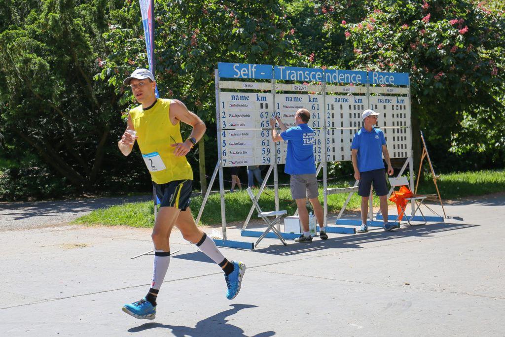 Před polovinou závodu mám naběhaných už přes 70 km.