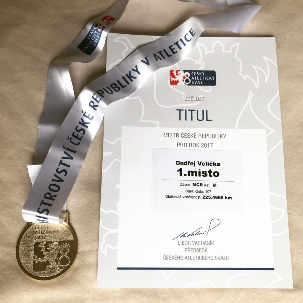 Medaile a diplom z mistrovství ČR v běhu na 24 hodin.