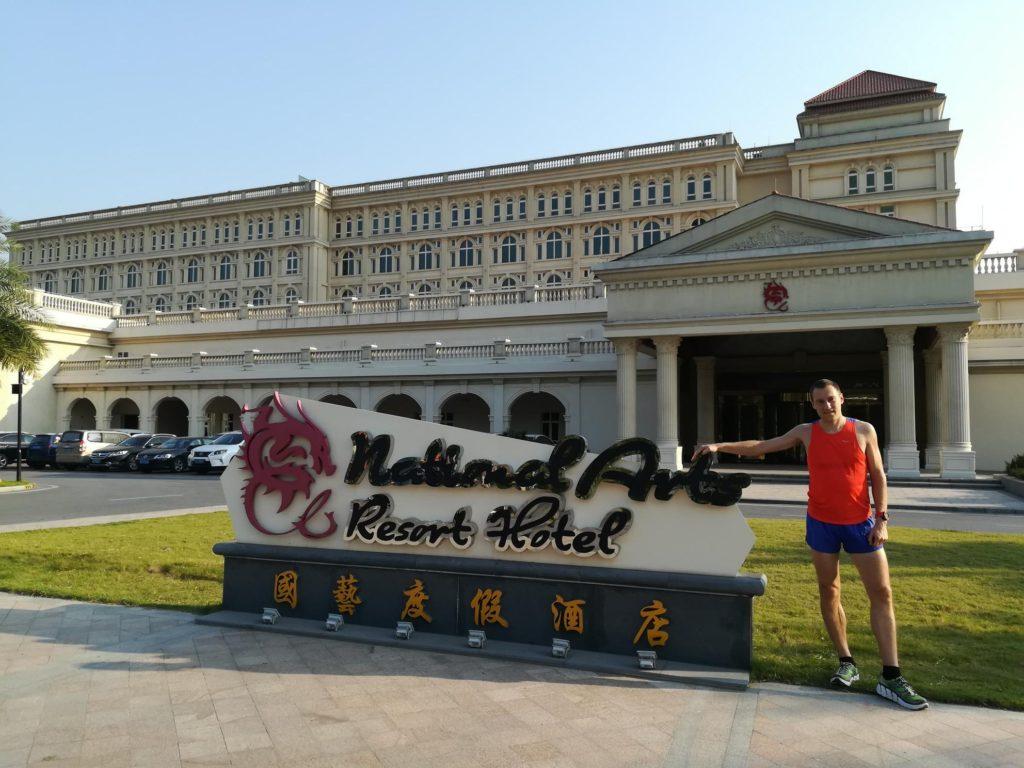Před hotelem krátce po příjezdu.