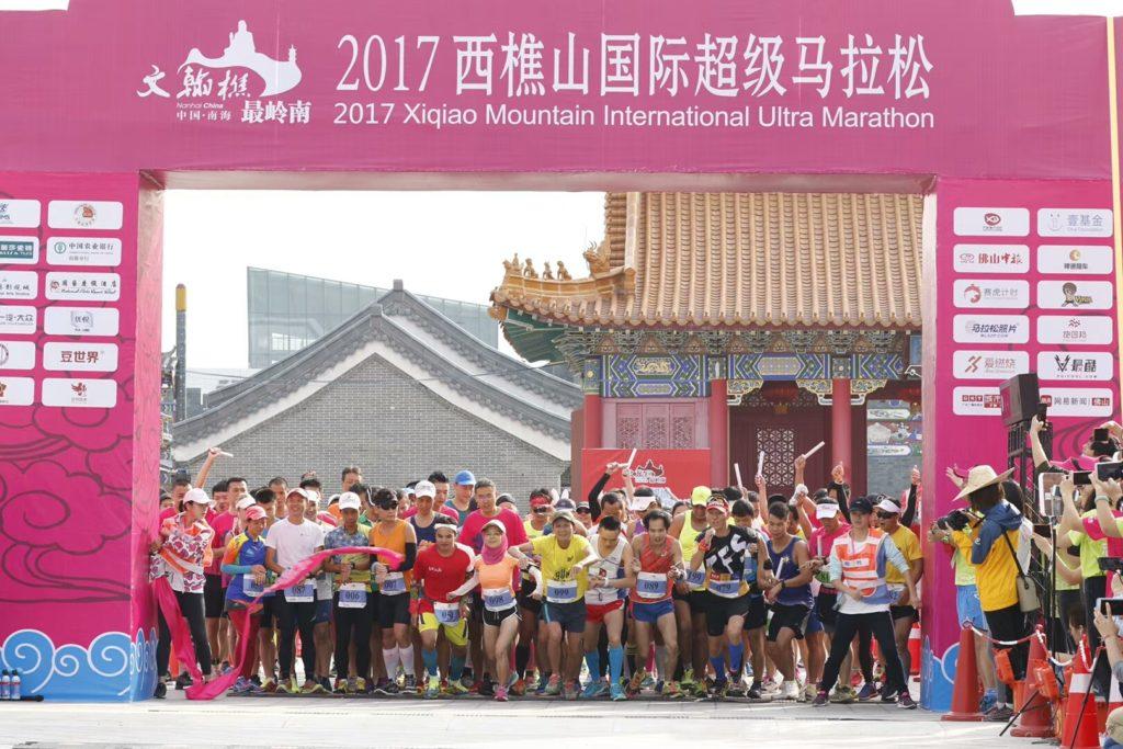 Start závodu, kde je i hodně závodníků ze štafetového závodu na 3 hodiny.
