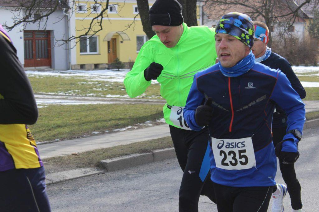 V závěrečných stovkách metrů mě předbíhá skupinka rychlejších běžců.