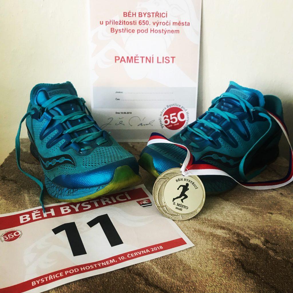 Moje oblíbené boty Saucony s pamětním listem a medailí.