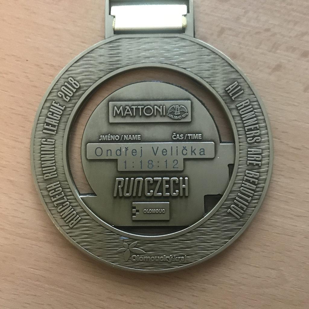 Medaile ze zadní strany s vyrytým časem.