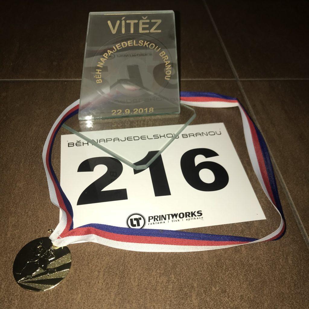 Vítězná trofej a medaile.