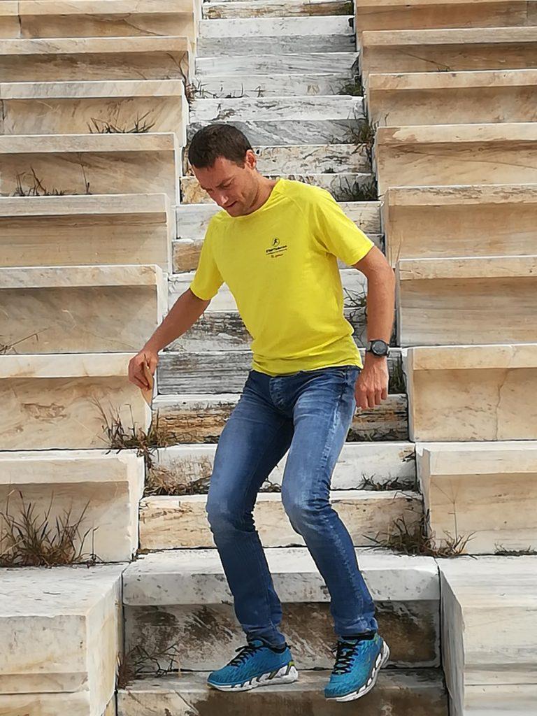 Chůze další den byla hodně náročná, zde jdu pomalu ze schodů.