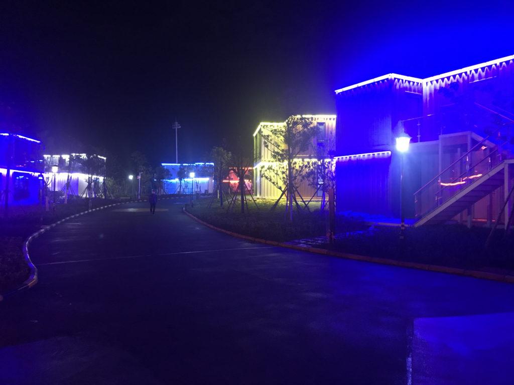 Nasvícený resort v noci.