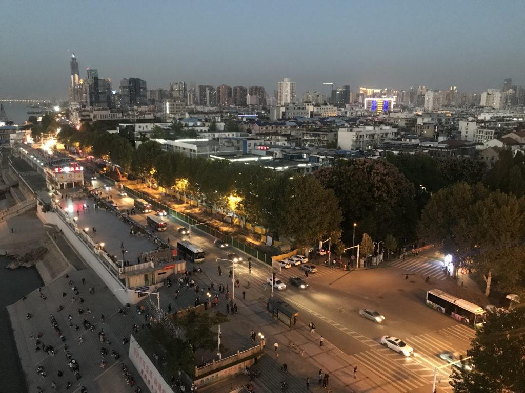 Výhled na usínající město z Changjiang Bridge.
