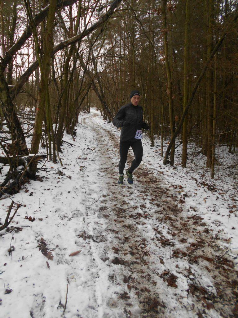 Někde hluboko v lese, široko daleko nikdo, asi závěr závodu.