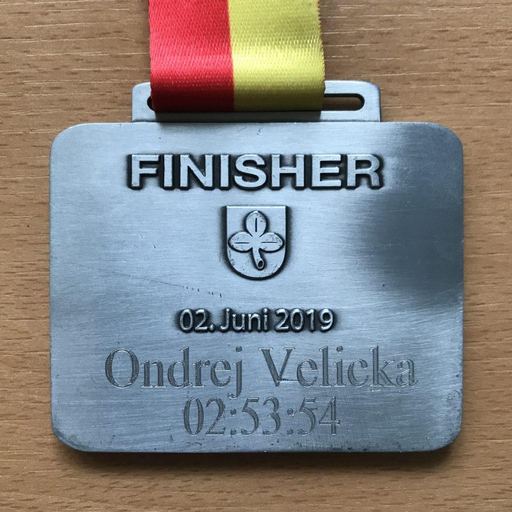 Zadní strana medaile s gravírováním.
