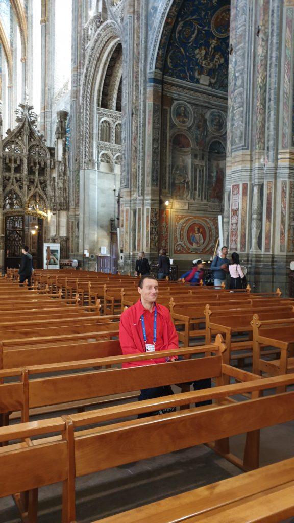 Den před závodem se modlím v katedrále svaté Cecilie.