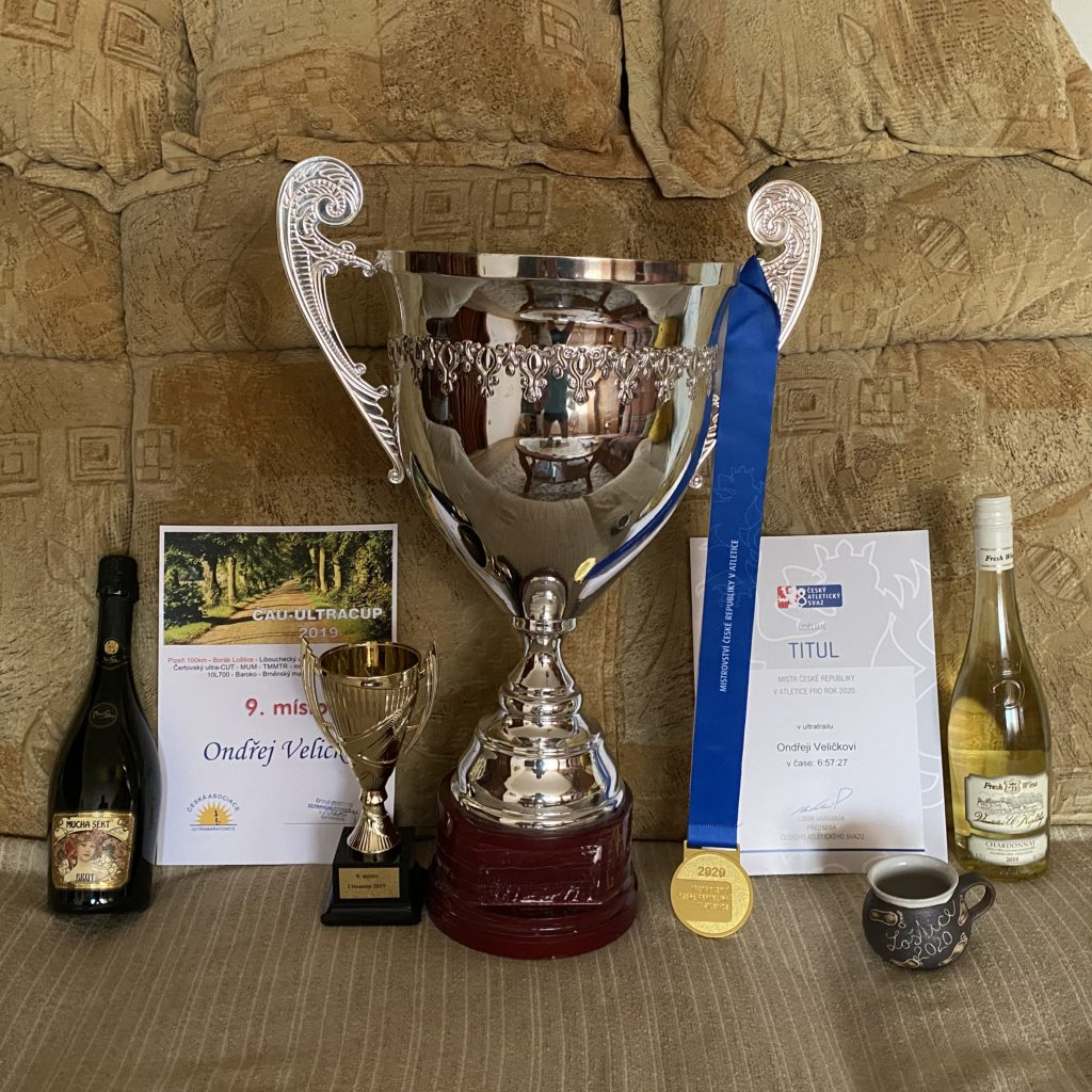Všechny trofeje ze závodu pohromadě.
